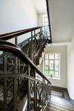 Klassisk trappuppgång i ett radhus Arkivbilder