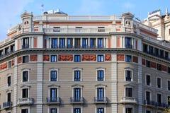 Klassisk utsmyckad murbruk- och stenBarcelona lägenhet arkivfoton