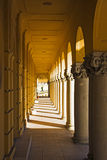 Klassisk valvgång med colonnaden Arkivbilder