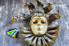 Klassisk venetian karnevalmaskering och blåsare Arkivfoton