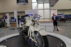 Klassisk vit motorcykel Arkivbild