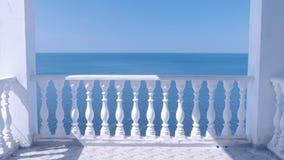 Klassisk vit terrass med dekorativ staket- och för havssiktsom strand stock video