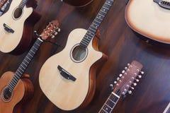 Klassiska akustiska gitarrer i musikaliskt lager Arkivfoto