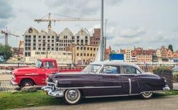 Klassiska amerikanare röda Chevrolet och Cadillac Arkivbilder
