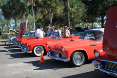 Klassiska amerikanska bilar i en perfekt rad Arkivfoton