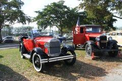 Klassiska amerikanska bilar parkerade sidan - förbi - sidan Royaltyfria Bilder