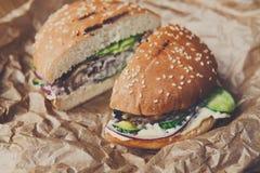 Klassiska amerikanska hamburgare, snabbmat på wood bakgrund Royaltyfri Foto