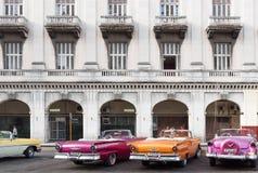 Klassiska bilar för Kuba som parkeras i serie i havannacigarr Fotografering för Bildbyråer