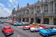 Klassiska bilar framme av Capitolioen i havannacigarren, Kuba Arkivfoton