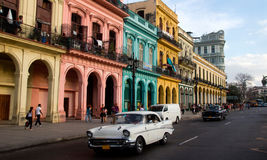 Klassiska bilar i en gata, Kuba Royaltyfri Bild