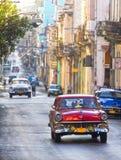 Klassiska bilar i en gata, Kuba Arkivbild