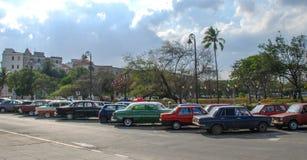 Klassiska bilar i havannacigarr, sällsynta bilar för Kuba i havannacigarr arkivfoto