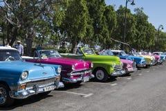 Klassiska bilar i linjen, havannacigarr, Kuba Arkivbilder