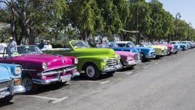Klassiska bilar i linjen, havannacigarr, Kuba Royaltyfri Foto