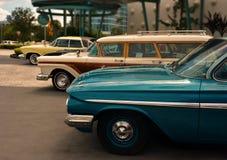 Klassiska bilar i rad på det universella temahotellet arkivfoto