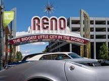 Klassiska bilar, i stadens centrum Reno, Nevada Royaltyfri Foto