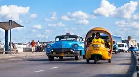 Klassiska bilar på den maleconinKuba havana staden Royaltyfri Fotografi