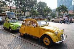 Klassiska bilar på mittgatan av Saigon, Ho Chi Minh City, Vietname Arkivfoton