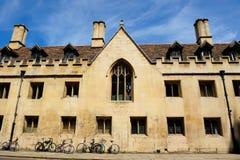 Klassiska byggnad och fönster i Cambridge, England Arkivbild