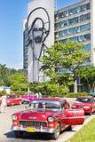 Klassiska Chevrolet i revolutionfyrkanten i Kuba fotografering för bildbyråer