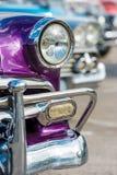 Klassiska chevrolet och andra tappningbilar i gammal havannacigarr arkivfoto