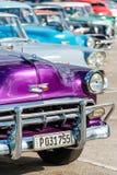 Klassiska chevrolet och andra tappningbilar i gammal havannacigarr arkivbilder