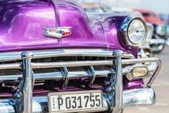 Klassiska chevrolet och andra tappningbilar i gammal havannacigarr royaltyfri fotografi