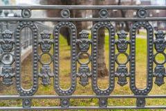 Klassiska dekorativa staket i gataMoskva, Ryssland closeup Royaltyfri Foto