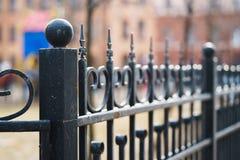 Klassiska dekorativa staket i gatan St Petersburg, Ryssland closeup Royaltyfri Bild