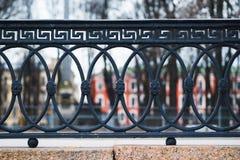 Klassiska dekorativa staket i gatan St Petersburg, Ryssland closeup Royaltyfri Foto