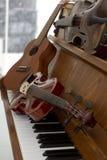 Klassiska fioler på den pianotangenter, gitarren och cymbalen Klassiska musikinstrument för musikbakgrundsbegrepp Royaltyfri Foto