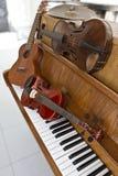 Klassiska fioler på den pianotangenter, gitarren och cymbalen Klassiska musikinstrument för musikbakgrundsbegrepp Royaltyfri Fotografi