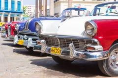 Klassiska Ford och andra tappningbilar i havannacigarr Arkivfoto