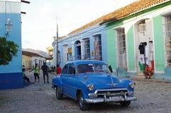 Klassiska gamla bilar på de koloniala kullerstengatorna Royaltyfri Fotografi