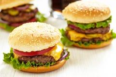 Klassiska hamburgare arkivbilder