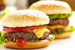 Klassiska hamburgare Royaltyfria Bilder