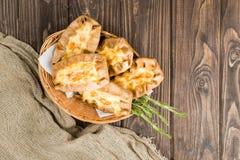 Klassiska italienska nya hemlagade Karelian pajer med potatisen, carr Arkivfoton