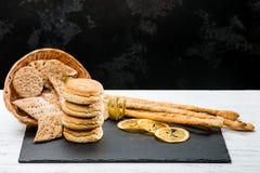 Klassiska italienska nya läckra hemlagade russinsconeser, cracke Fotografering för Bildbyråer