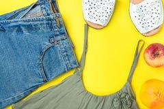 Klassiska kortslutningar för kvinnajeansgrov bomullstvill med den Apple för fransOlive Color Tank Top Espandrille sandaler grapef royaltyfri fotografi