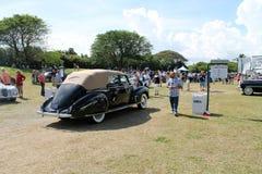 Klassiska lincoln som kör på fältbaksida Royaltyfri Bild