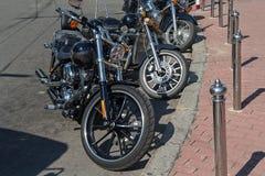 Klassiska motorcyklar som parkeras på en stadsgata Royaltyfri Foto