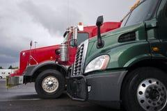 Klassiska och moderna röda och gröna halva lastbilar Arkivfoto