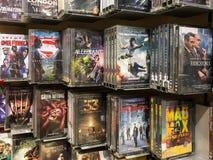Klassiska och nya Hollywood produktionfilmer på Dvd som är till salu i underhållningmitt fotografering för bildbyråer