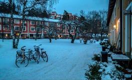 Klassiska och tappningcyklar parkerade yttersidan under vinterdagen, Nockeby, Bromma, Stockholm, Januari 2018 royaltyfria foton