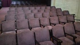 Klassiska purpurfärgade teaterplatser i många rader Royaltyfri Foto