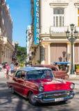 Klassiska röda chevrolet i i stadens centrum havannacigarr arkivbilder