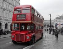 Klassiska röda Routemaster i Lonon Arkivbilder