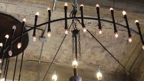 Klassiska retro ljusa kulor som dekoreras i vind, hyr rum taket lager videofilmer