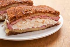Klassiska Reuben Grilled Beef Sandwich Arkivbild