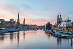 Klassiska sikter av den Zurich horisonten på solnedgången arkivfoton